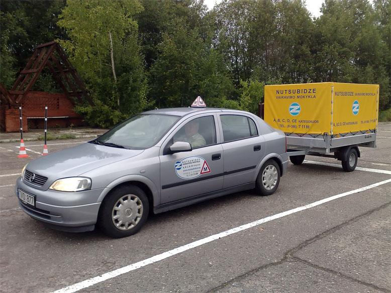 Учебный автомобиль Opel Astra с прицепом